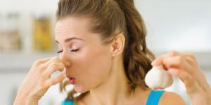 Что нейтрализует запах чеснока во рту