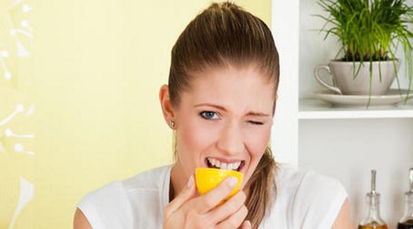 Отбеливание зубов содой пищевой: можно ли ей чистить, как отбелить в домашних условиях с помощью лимона, зубной пасты, фольги