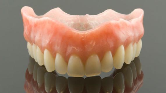 Можно ли чистить зубные протезы обычной отбеливающей зубной пастой