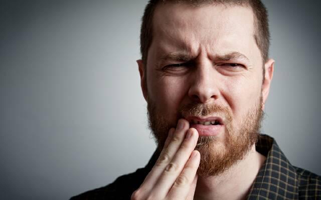 Болит десна между зубами при надавливании