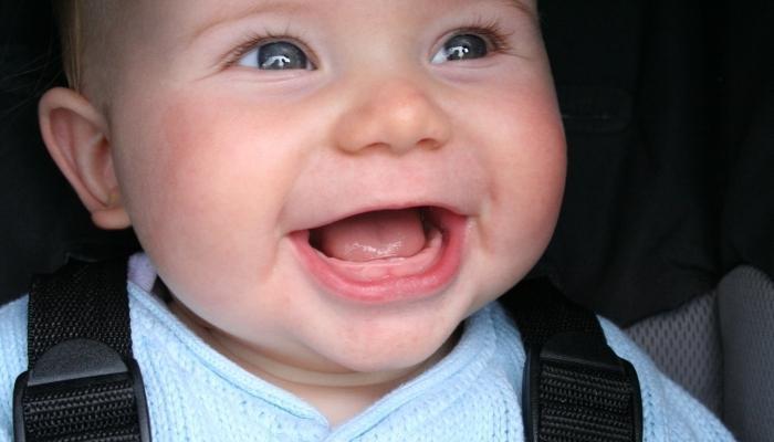 Во сколько месяцев режутся зубки у мальчиков: сроки и симптомы