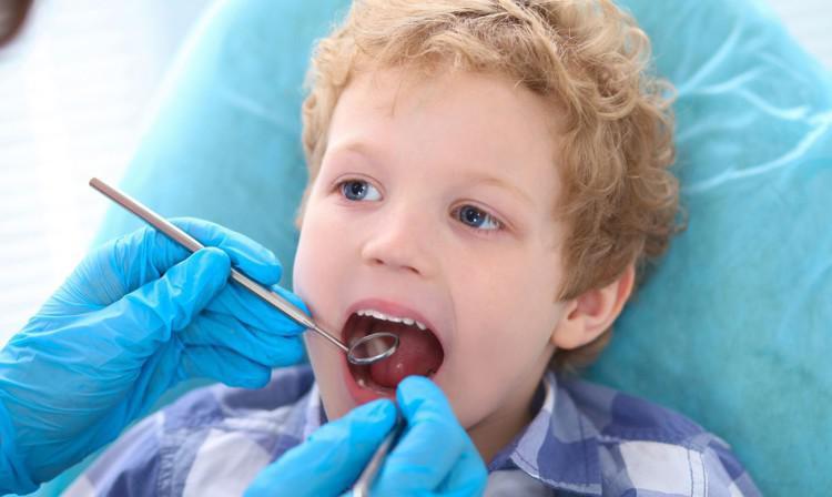 Надо ли вырывать молочные зубы если рядом начал расти постоянный