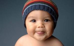 Ребенок высовывает язык - почему так делает грудной малыш в 2-3 месяца?