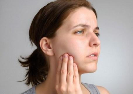 Почему пульсирует зуб под пломбой? Опасно ли этои что делать?